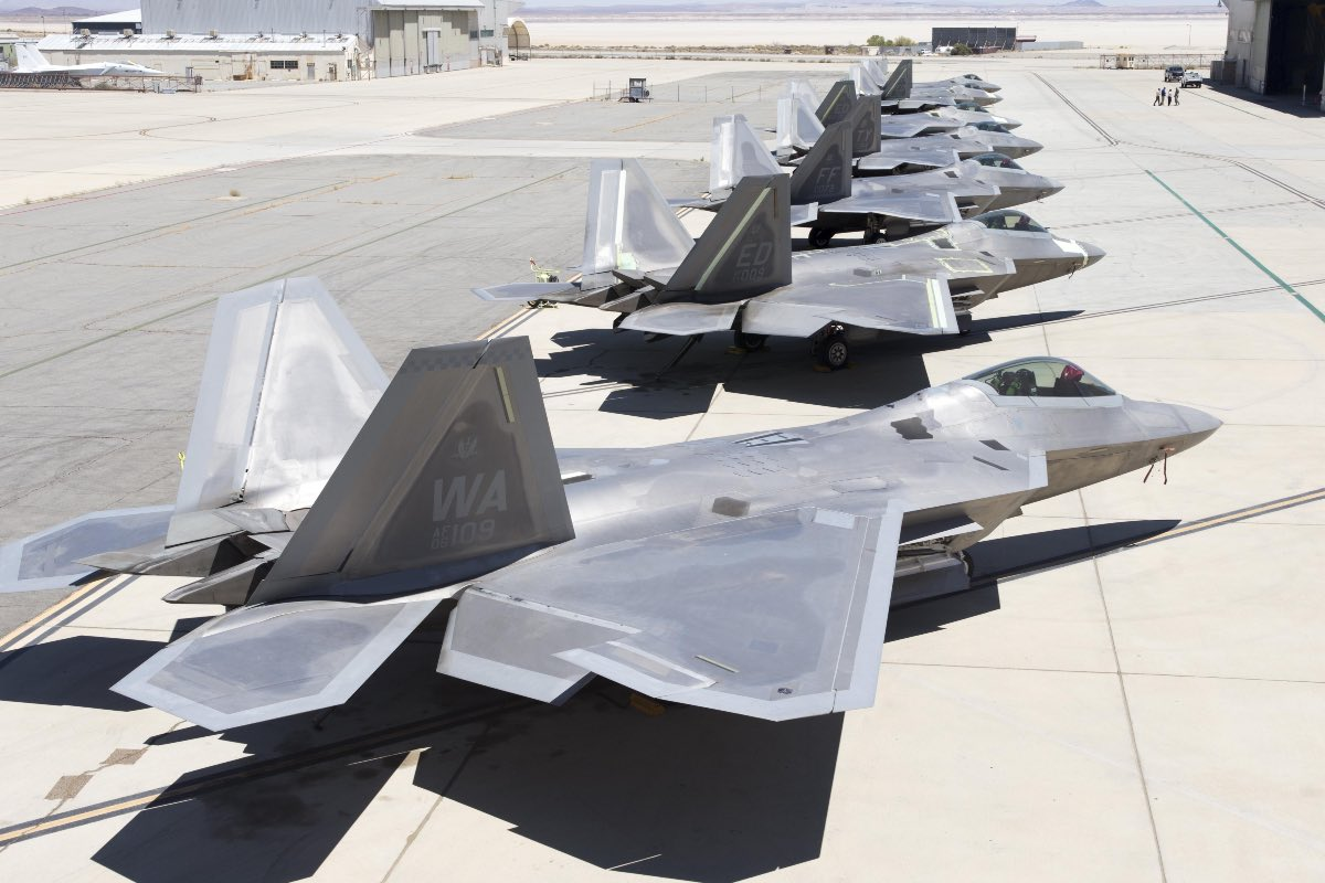 F-22 Lined up, F-22 facts