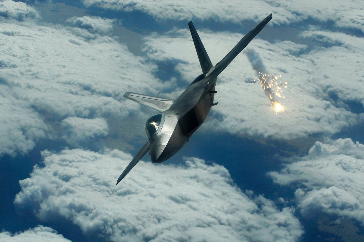 F-22 shooting flare