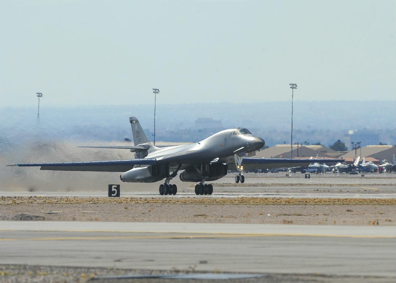 B-1b lancer aircraft landing
