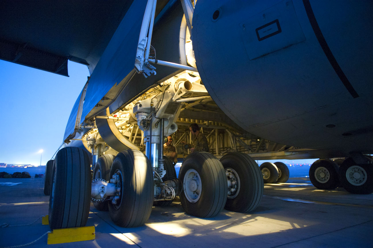 C-5 Galaxy Images Landing gear check
