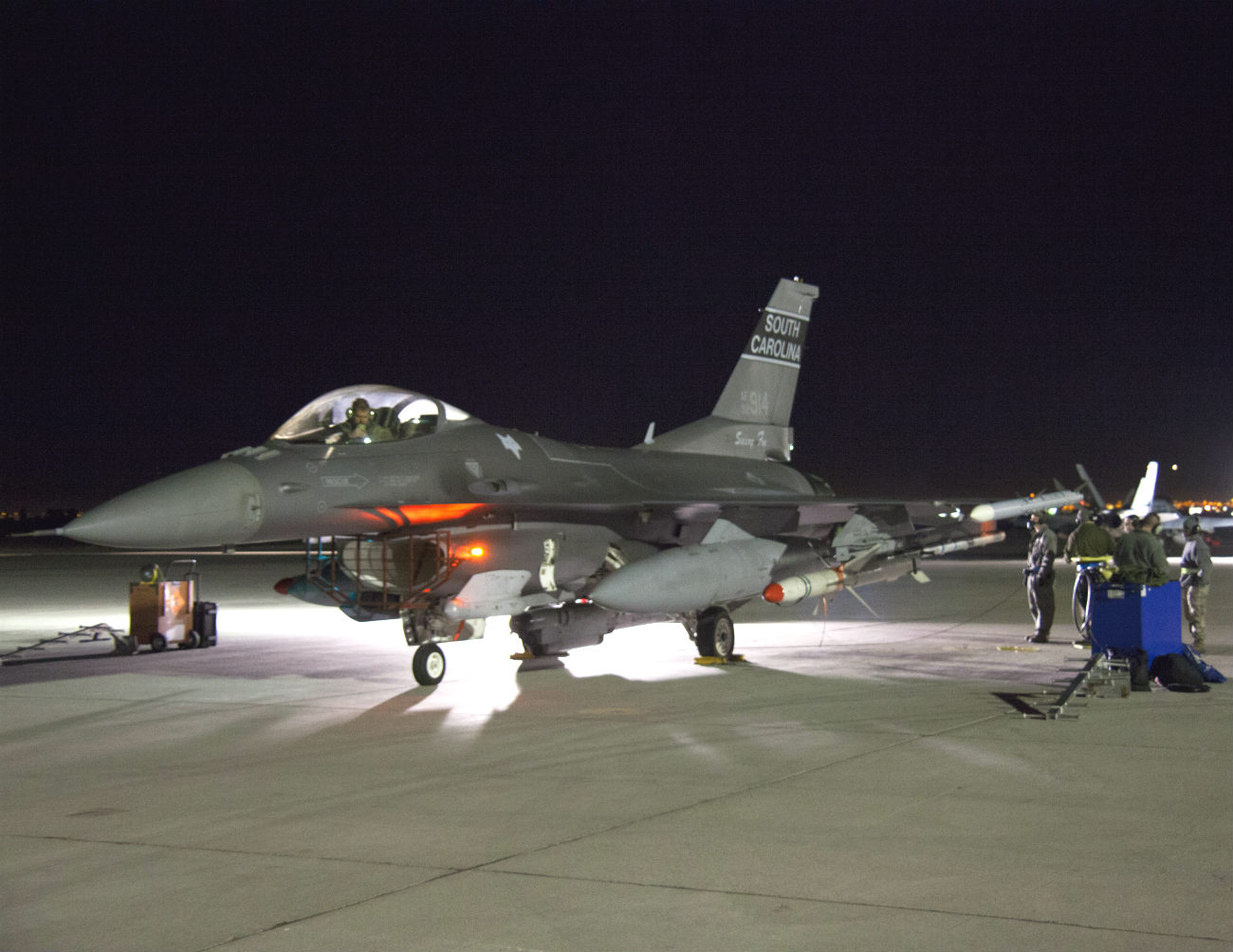 F-16 Fighting Falcon Night parked
