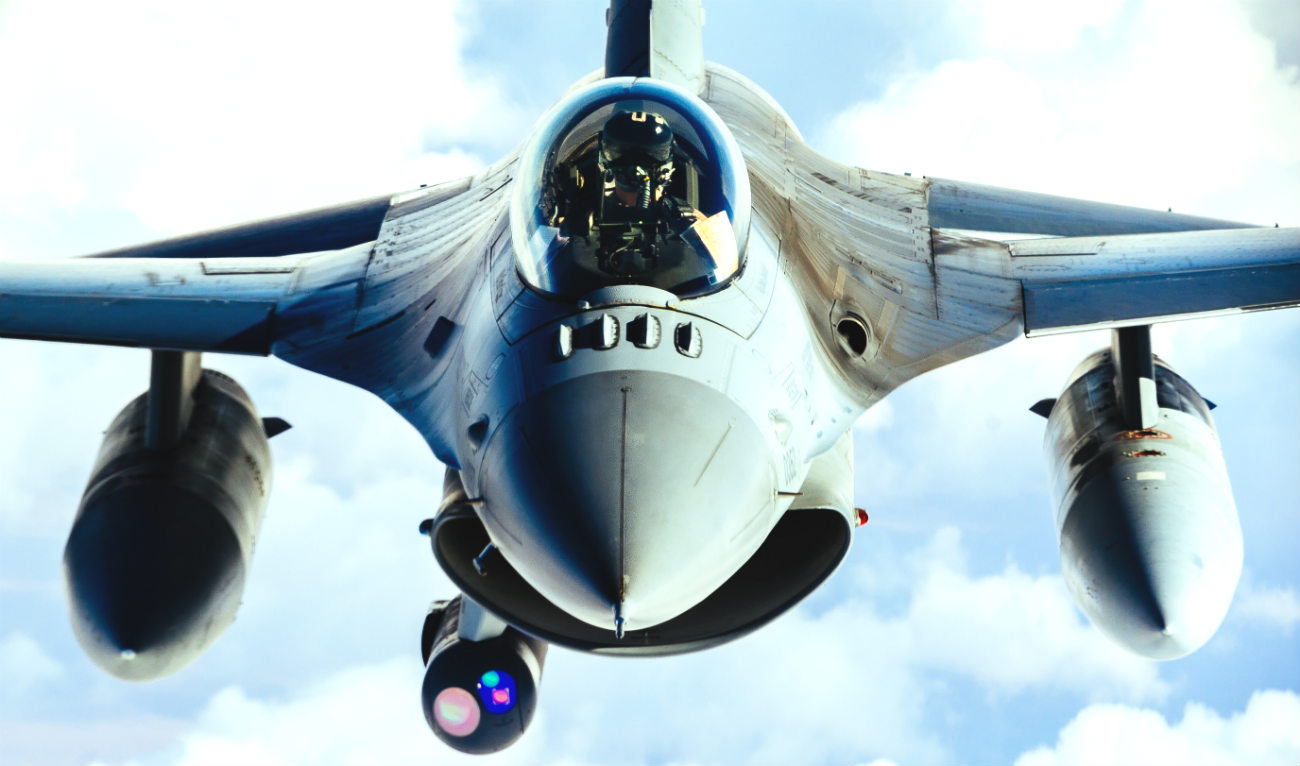 F-16 Fighting Falcon aircraft refuel