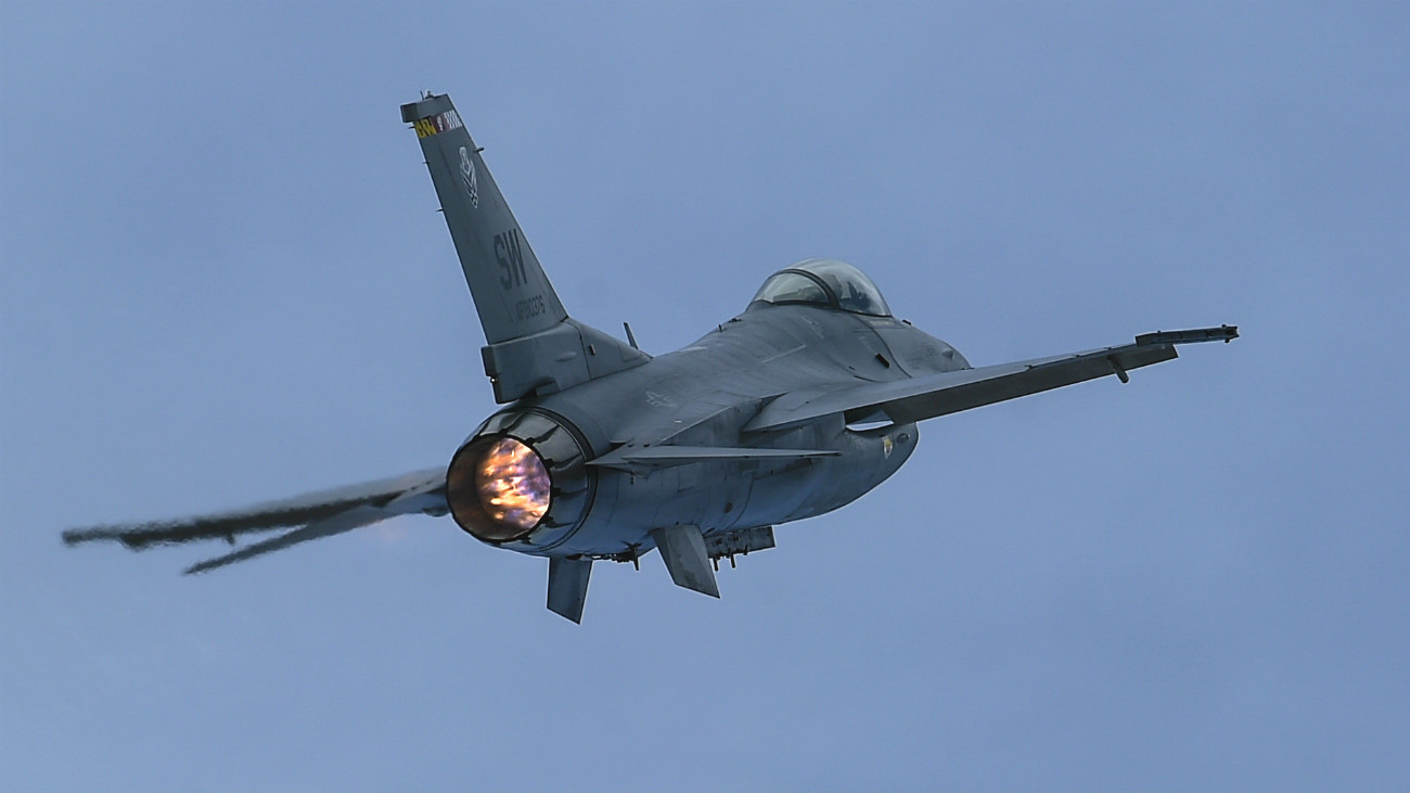 F-16 Fighting falcon after burner