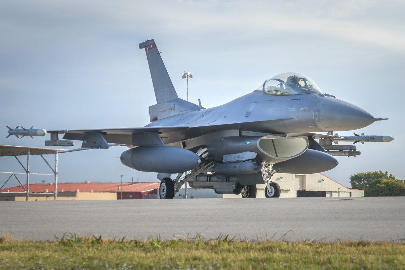 F-16 takeoff fighting falcon