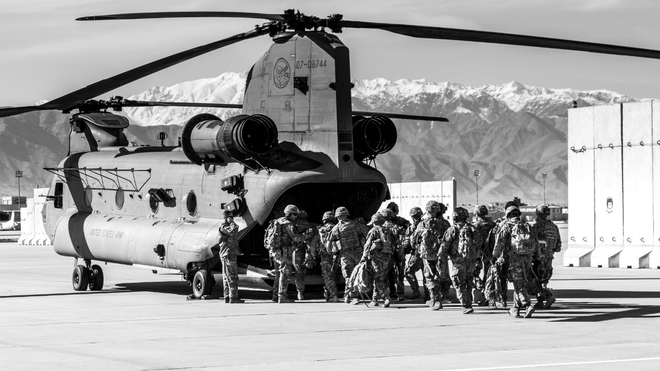 Ch-47 Chinook Soldiers loading