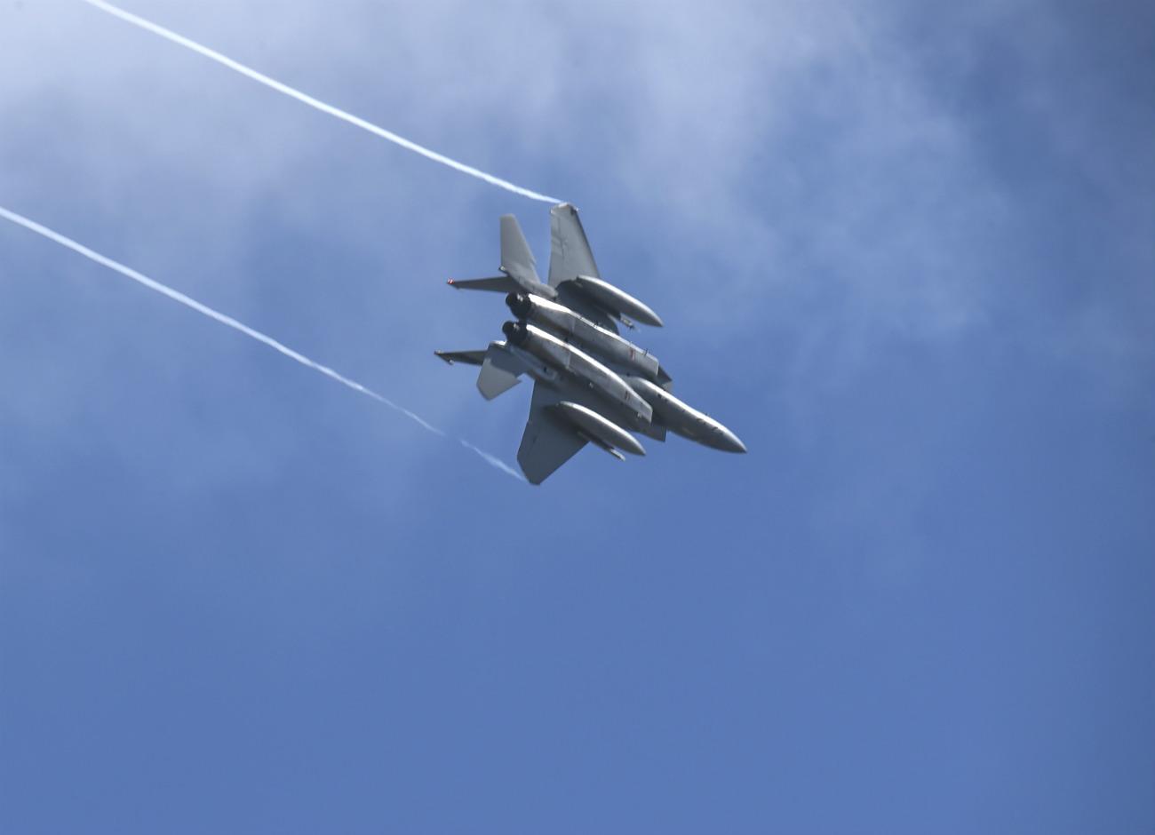 F-15 Eagles vapor trails