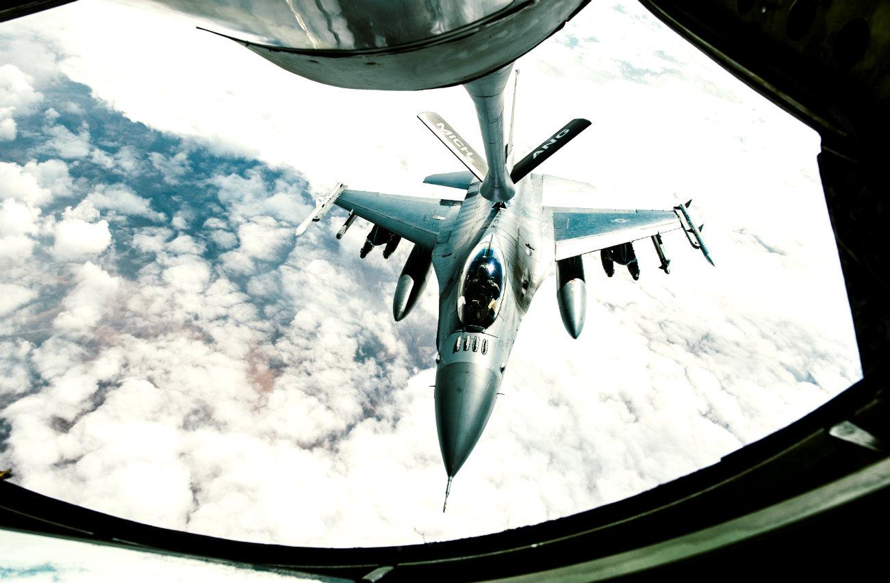 F-16 Fighting Falcon refuel
