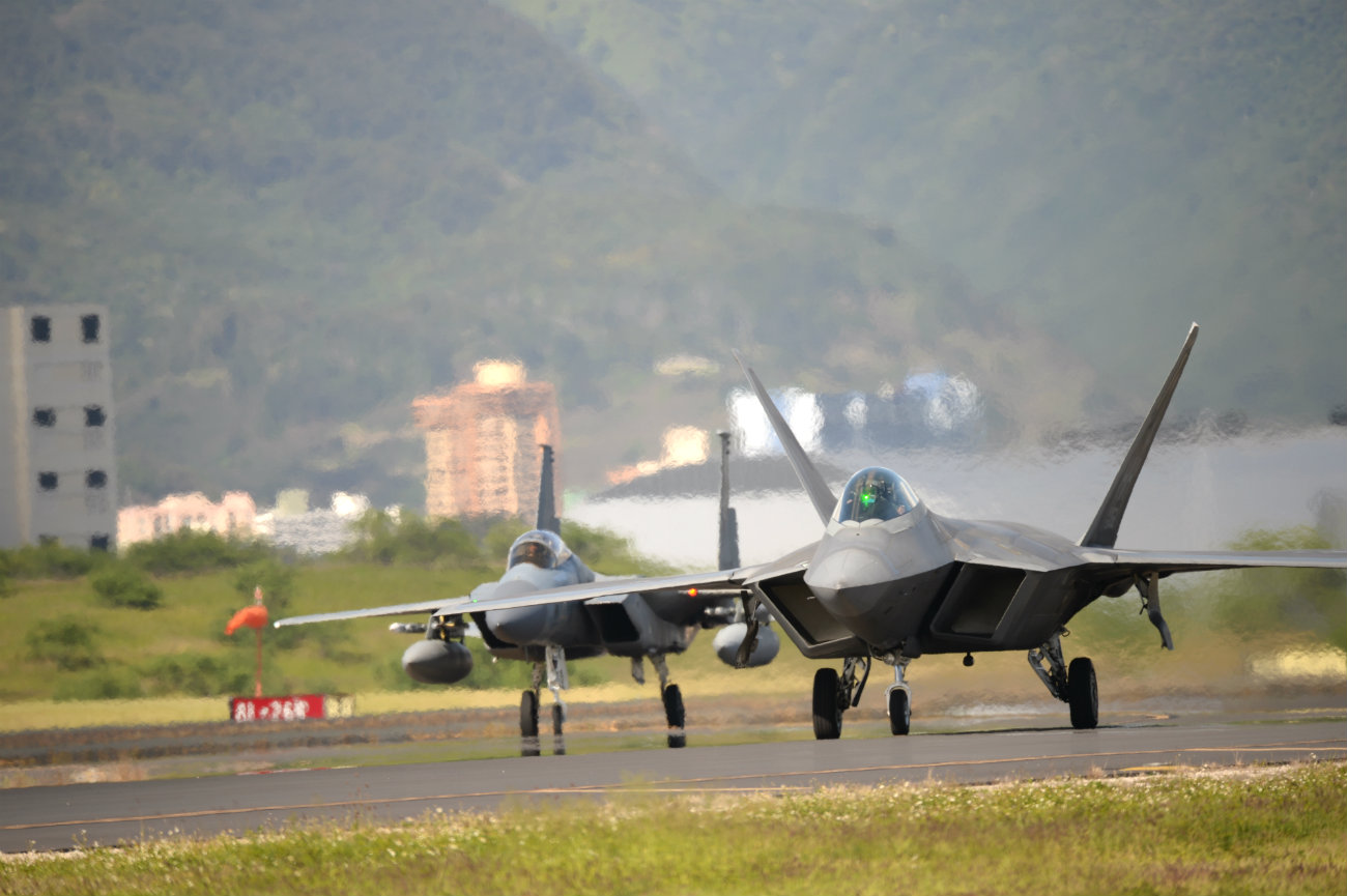 F-22 and f-16 taxi US fighter jet images
