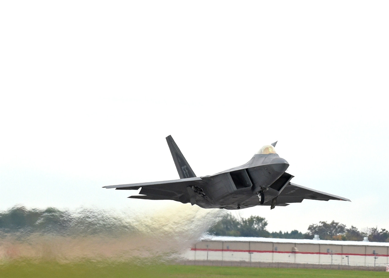 F-22 takes off US fighter jet images