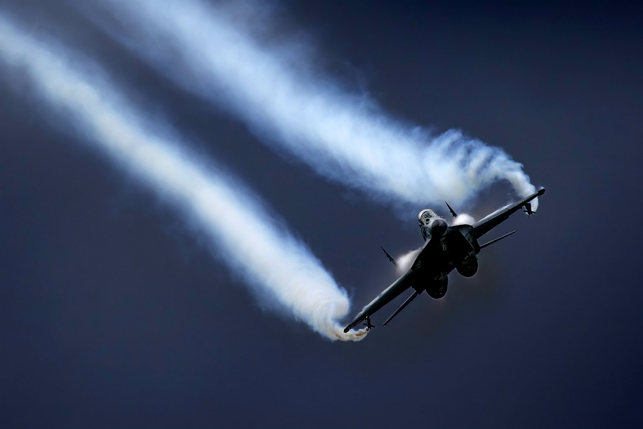 MiG-35D condensation trails