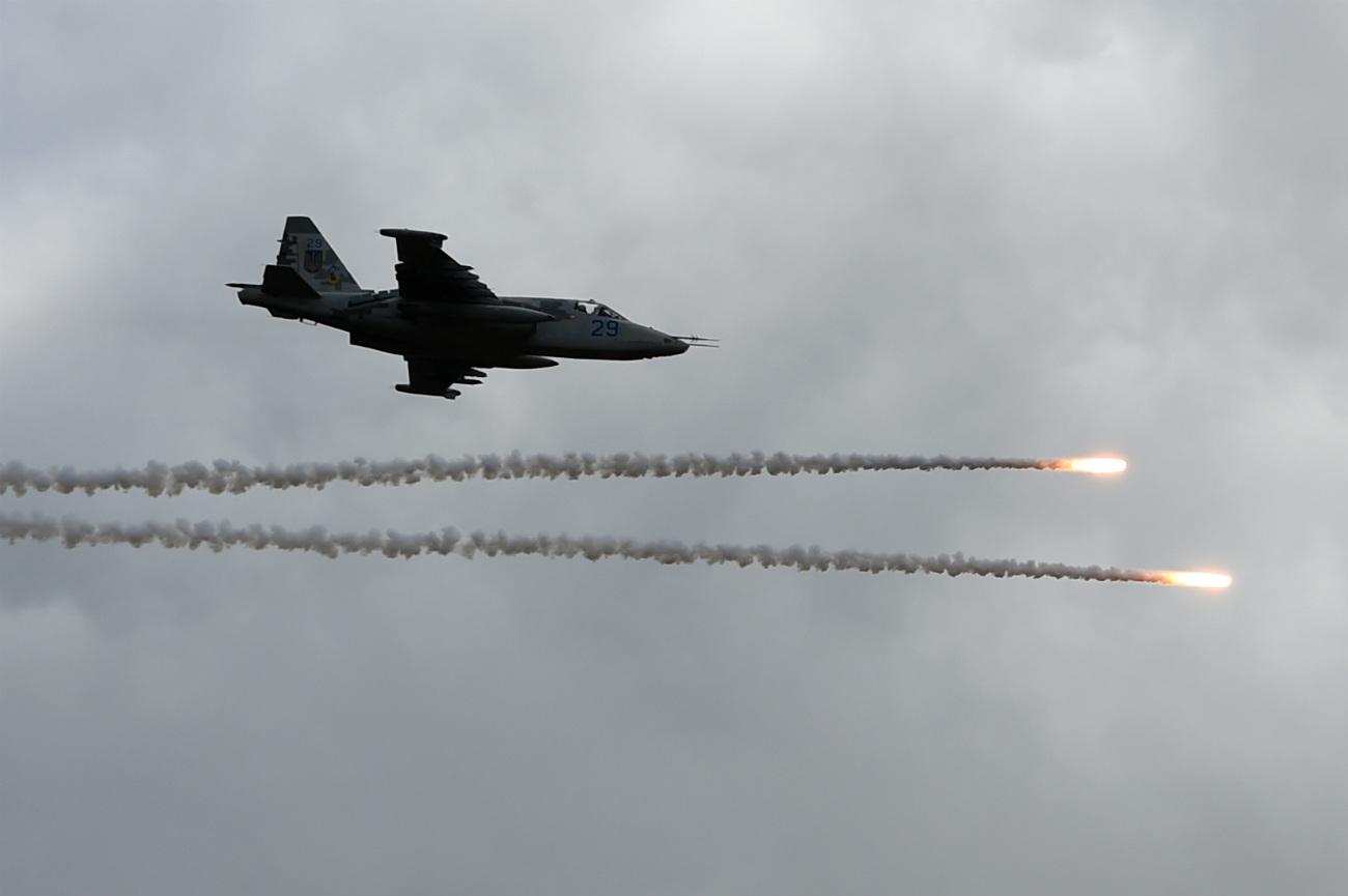 Su-25 fighter jet fires decoy flares