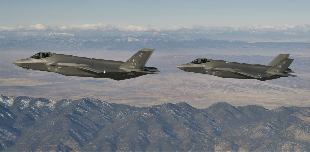 f 22 raptor vs f 35 lightning cost performance size top speed