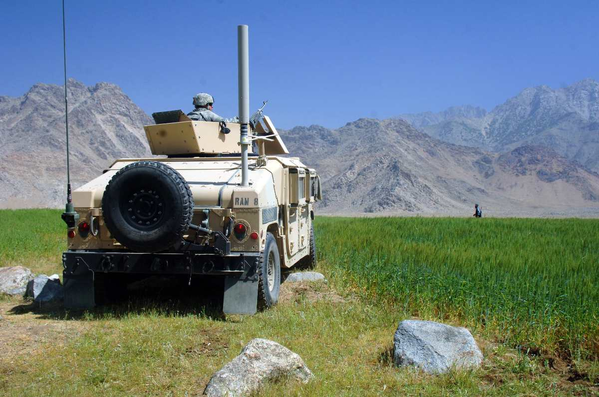A U.S. Army Soldier from Alpha Company, 13th Psychological Operations Battalion pulls security from a humvee at a vehicle control point in the village of Kapisa, Afghanistan, May 15, 2007.